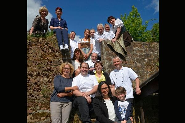 Familie Wolf auf Treppe mit Gruppe
