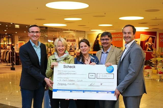 Spendenuebergabe Die City hilft_Dr. Liebmann Schule