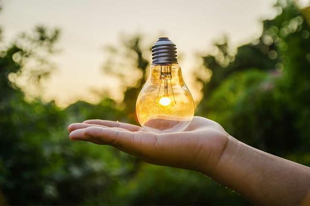 Glühbirne in Hand